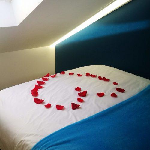 lit coeur pétale roses